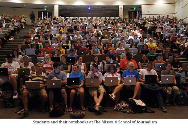 Actieve klas met laptops en apples